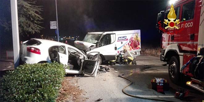 Schio, si scontrano auto e furgone. Due feriti
