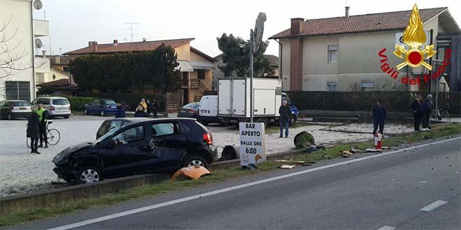 Lonigo, tre auto si scontrano. Due feriti