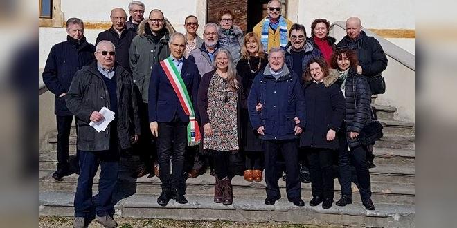 Lucia Kloster, al centro nella foto, davanti a Villa Giusti Suman
