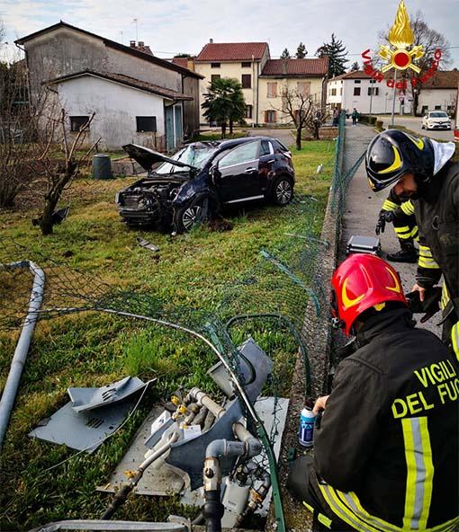 Incidente: esce di strada e travolge pali e contatori del gas