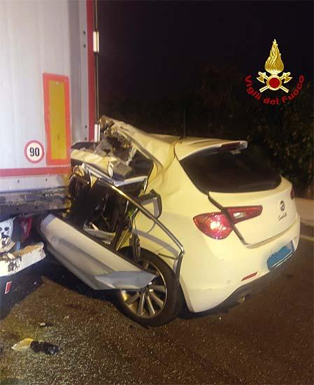 Incidente stradale: con l'auto contro un camion in A4. Muore un 40enne
