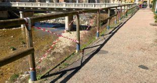 Un tratto della pista ciclabile danneggiato dai vandali