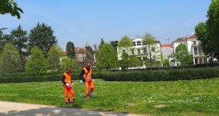 Alcuni operatori di Aim Ambiente impegnati nella pulizia dell'area di Campo Marzo