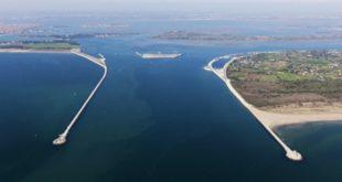 La bocca di porto di Lido con il cantiere del Mose - (Foto: Magistrato alle acque di Venezia - CC BY-SA 3.0)