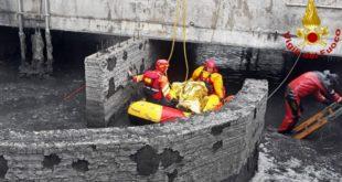 Un momento del salvataggio dell'uomo caduto nella vasca di fanghi
