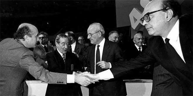 Ciriaco De Mita stringe la mano a Bettino Craxi, nel 1985