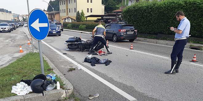 Cade dalla  moto per evitare un furgone. Ferito