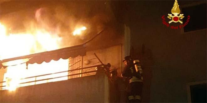 Incendio in una casa. Salvata un'anziana