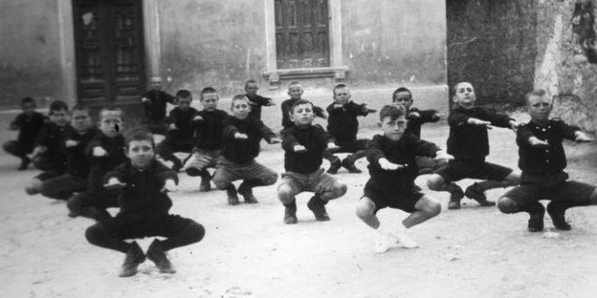 Ragazzi italiani impegnati negli esercizi ginnici del sabato fascista