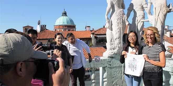 La troupe cinese con l'assessore vicentino Simona Siotto