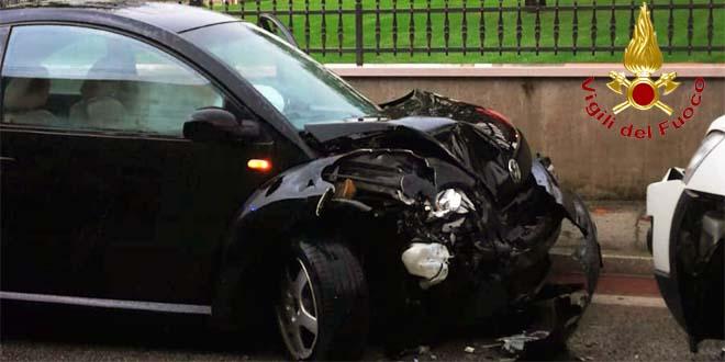 Scontro fra tre auto. Un ferito grave