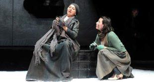 """Maria Paiato e Ludovica D'Auria in """"Madre Courage e i suoi figli"""", di Bertolt Brecht (Foto di Fabio Ruggiero)"""