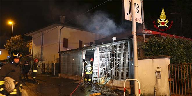 Vicenza, bar distrutto da esplosione e incendio