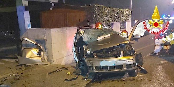 Schiavon, auto fuori strada. Due giovani feriti