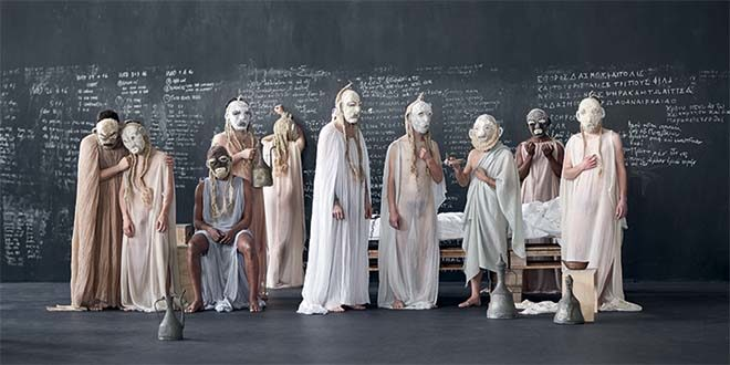 """La compagnia Anagoor in """"Socrate il sopravvissuto. Come le foglie"""" (Foto Giulio Favotto)"""