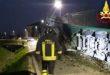 Camion esce di strada e abbatte tre pali