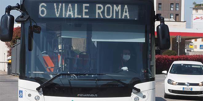 Sul bus solo con guanti e mascherina