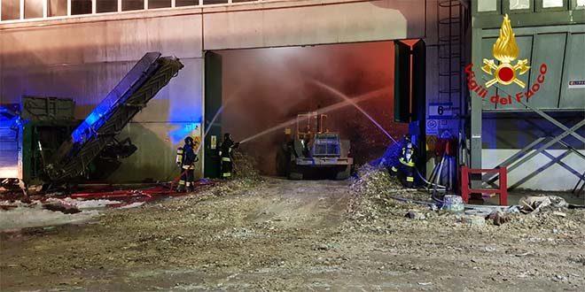 Paura per un incendio in un'azienda di rifiuti