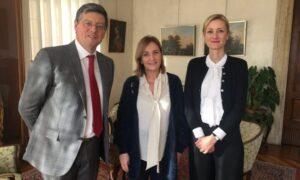 La dottoressa Lucia Cani con l'Assessore Roberto Marin e il Sindaco Elena Pavan