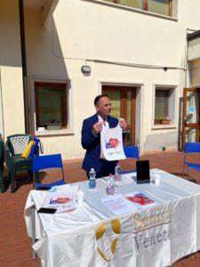assessore Tosetto mostra la pettorina dei volontari