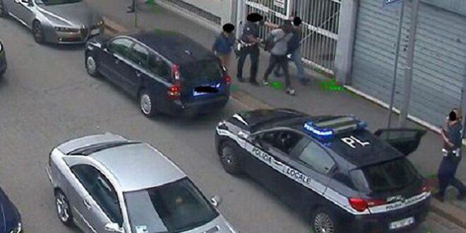 Agenti bloccano uno spacciatore