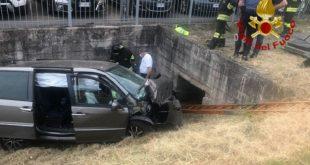 Auto fuori strada deceduto il conducente