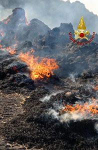Barbarano Vicentino: 200 rotoballe di fieno a fuoco
